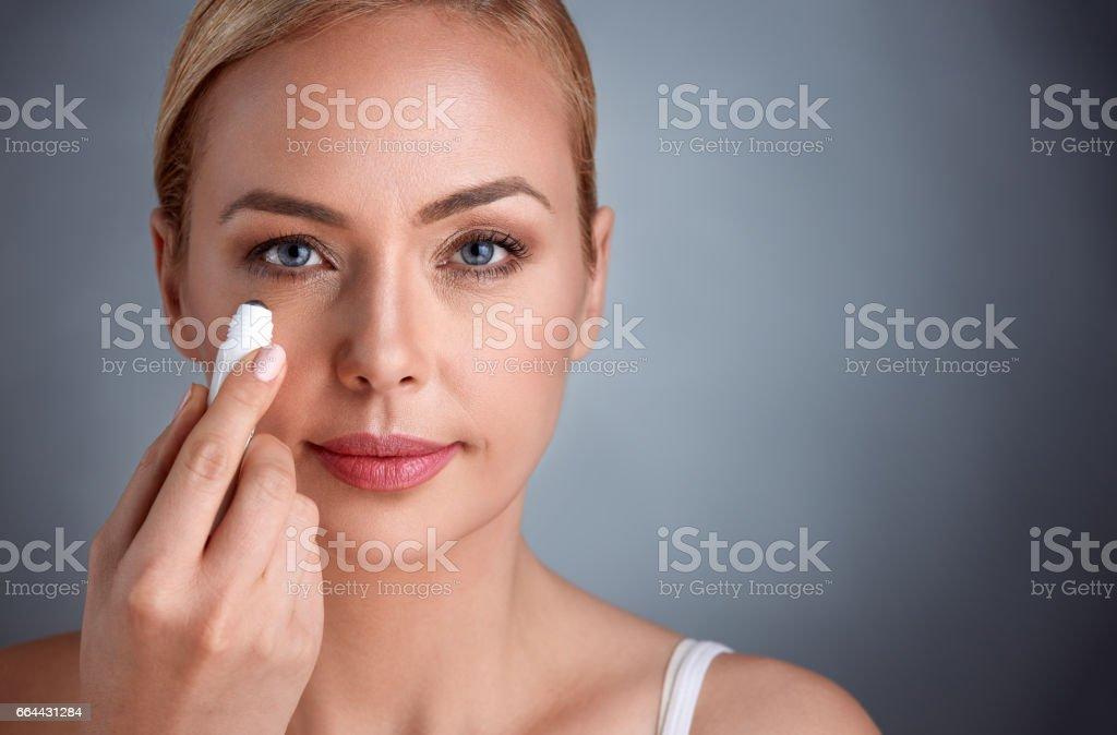 Frau weglegen Concealer unter den Augen – Foto