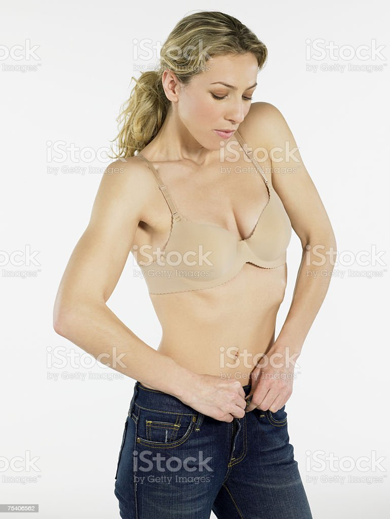 Mulher colocando em jeans foto de stock royalty-free