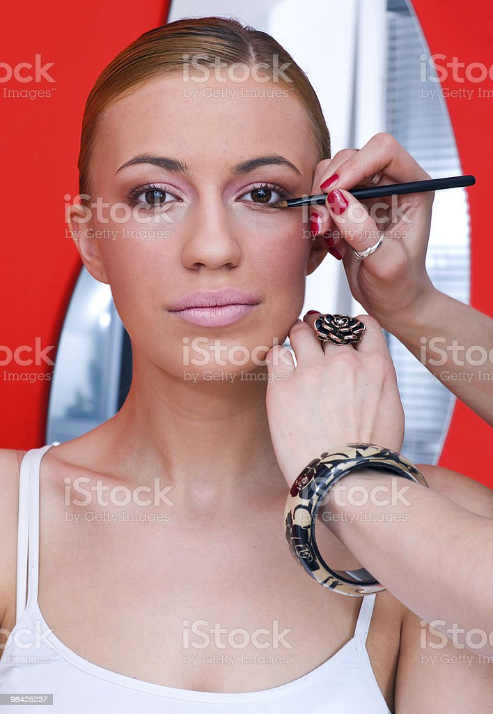 Donna mettendo sul make up foto stock royalty-free