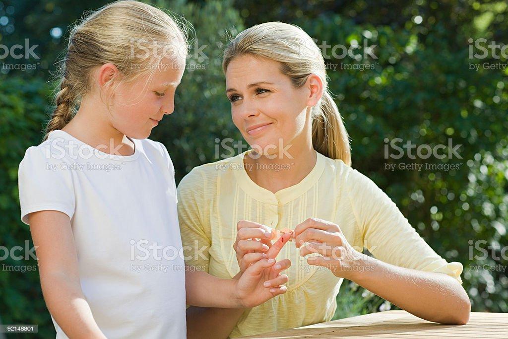 Femme mettant plâtre de fille - Photo