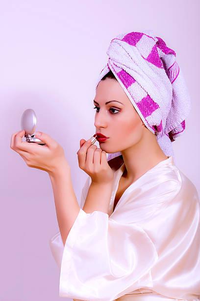 frau setzen roten lippenstift in spiegel suchen - anzieh nacht stock-fotos und bilder