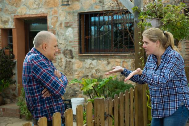 woman quarreling with male neighbor - vizinho imagens e fotografias de stock