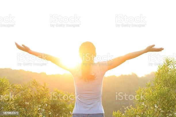 Mujer Planteado Brazos Hasta Sunrise Foto de stock y más banco de imágenes de Mujeres