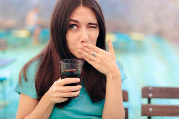 Frau reagiert nach einem Fizzy Soda-Drink – Foto