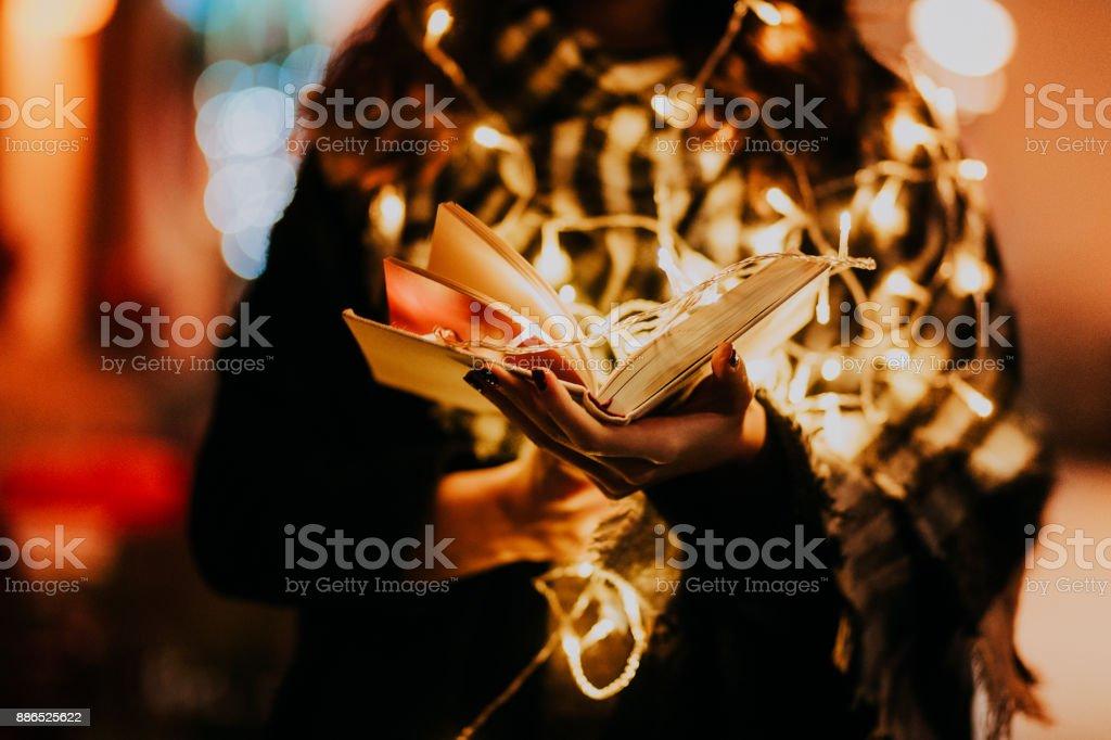 Frau liest ein Buch zu Weihnachten – Foto