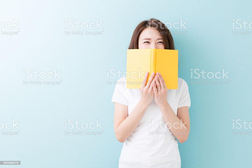 Kobieta czytanie książki  zbiór zdjęć royalty-free
