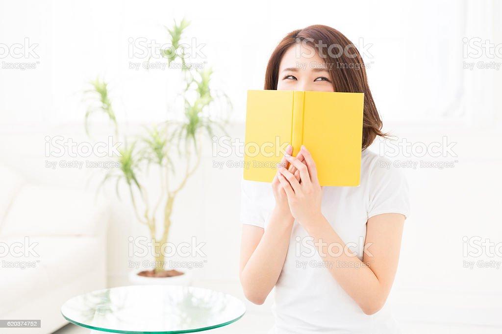 Mulher a ler um livro foto de stock royalty-free