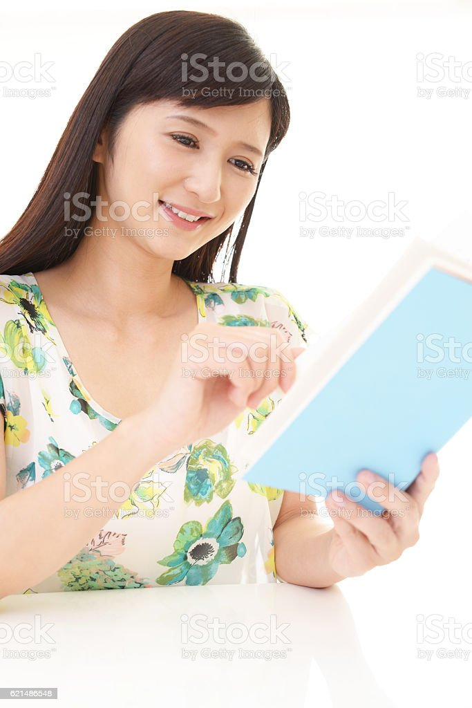 Donna leggendo un libro  foto stock royalty-free