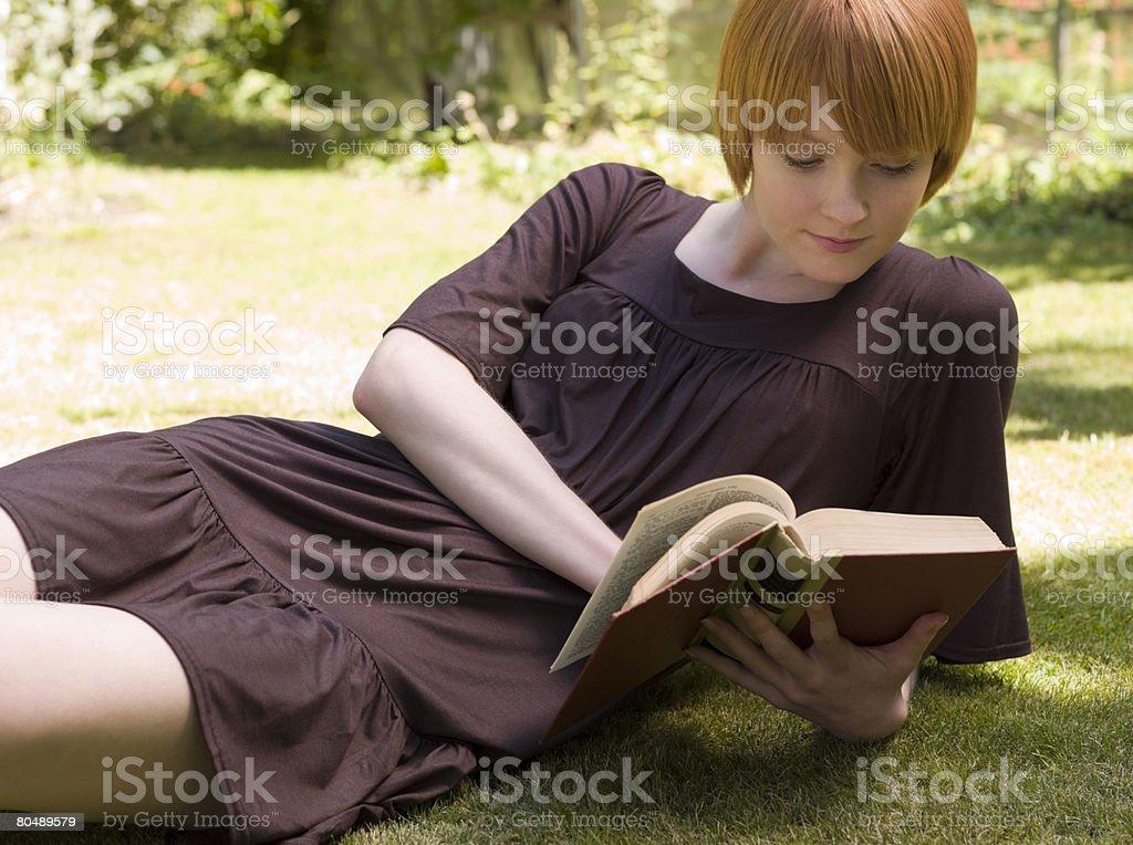 女性の読書は ロイヤリティフリーストックフォト