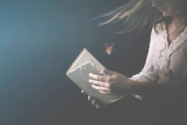 Frau liest ein Buch, wo Butterfly gehen als ein Fluss der Träume und Gedanken – Foto