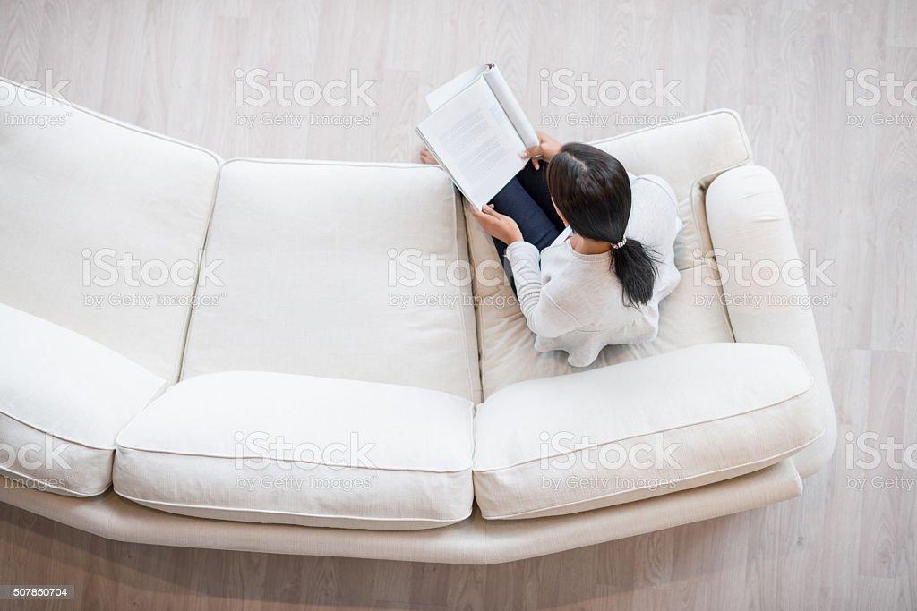 Frau Lesen einer Zeitschrift wie zu Hause fühlen.   - Lizenzfrei Behaglich Stock-Foto