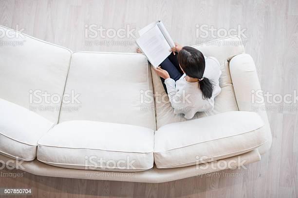 Frau Lesen Einer Zeitschrift Wie Zu Hause Fühlen Stockfoto und mehr Bilder von Zeitschrift
