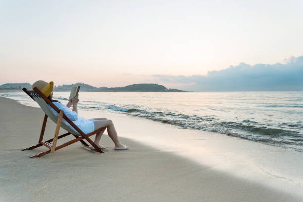 Frau liest Buch am Strand – Foto