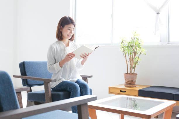 女性の部屋で読書 ストックフォト