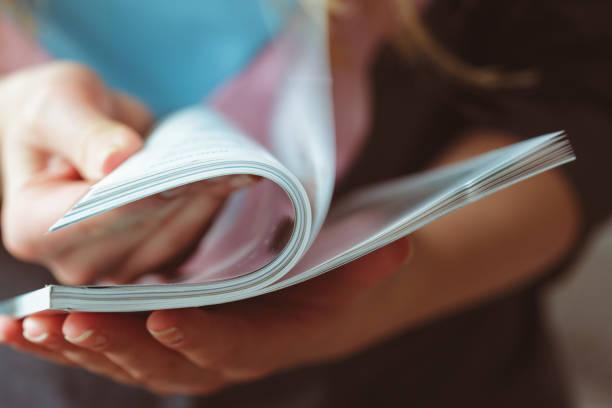 frau lesen magazin wie zu hause fühlen. - publikation stock-fotos und bilder