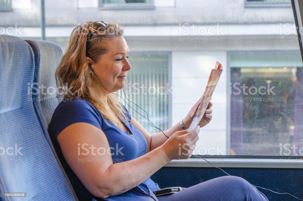 Frau liest beim Pendeln im Bus in Krakau Polen Sommer tagsüber Magazin – Foto