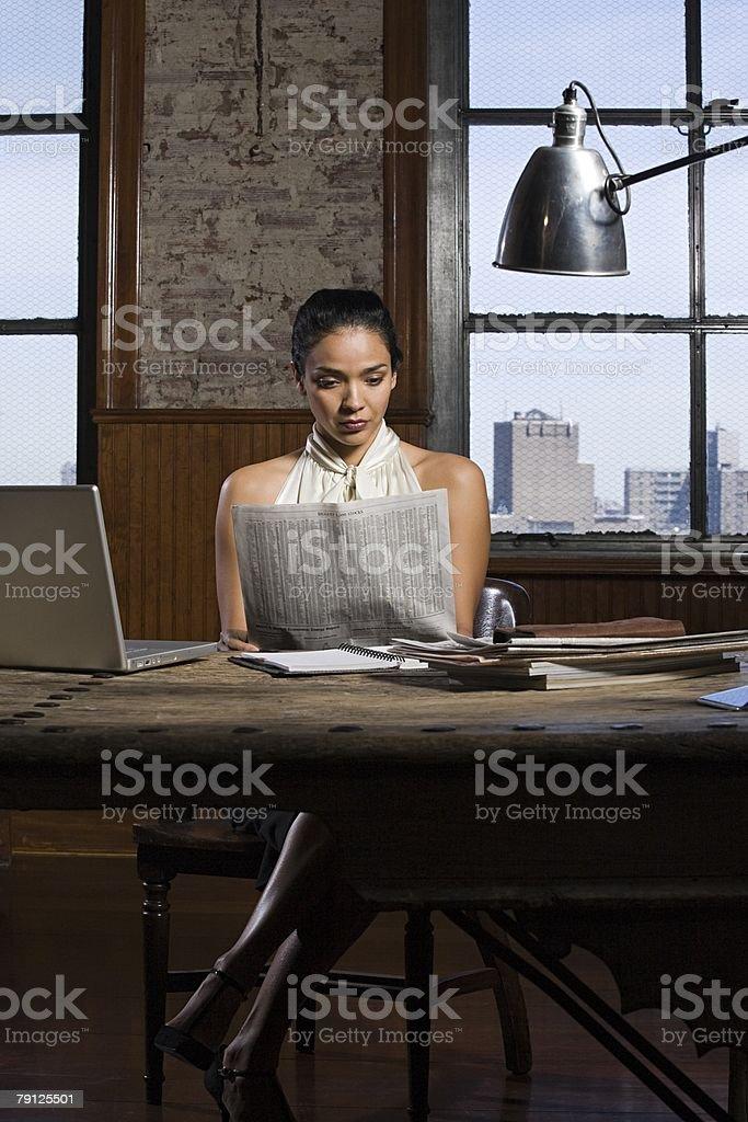 혼합 리우로 여자 독서모드 뉴스페이퍼 royalty-free 스톡 사진