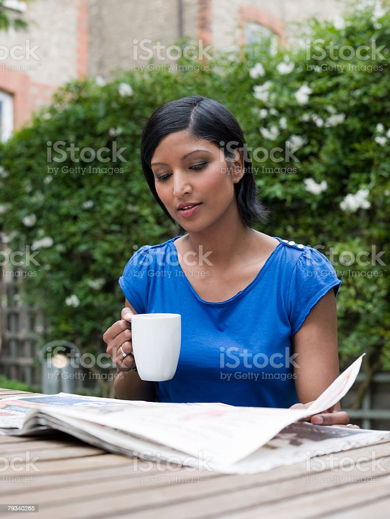 Jornal de leitura de Mulher foto de stock royalty-free