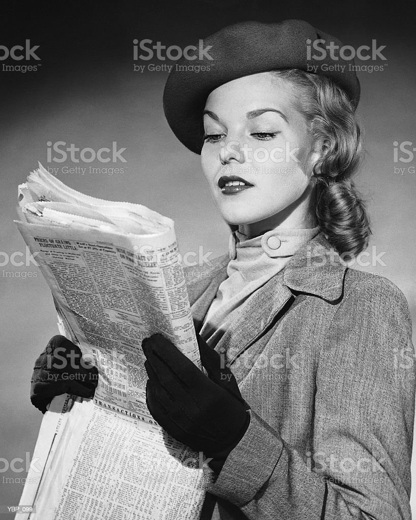 Woman reading newspaper royalty free stockfoto