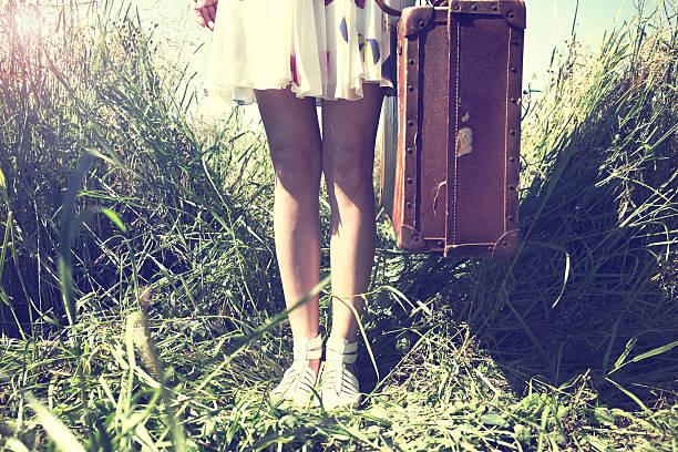 woman ready to leave for a trip around the world - donna valigia solitudine foto e immagini stock