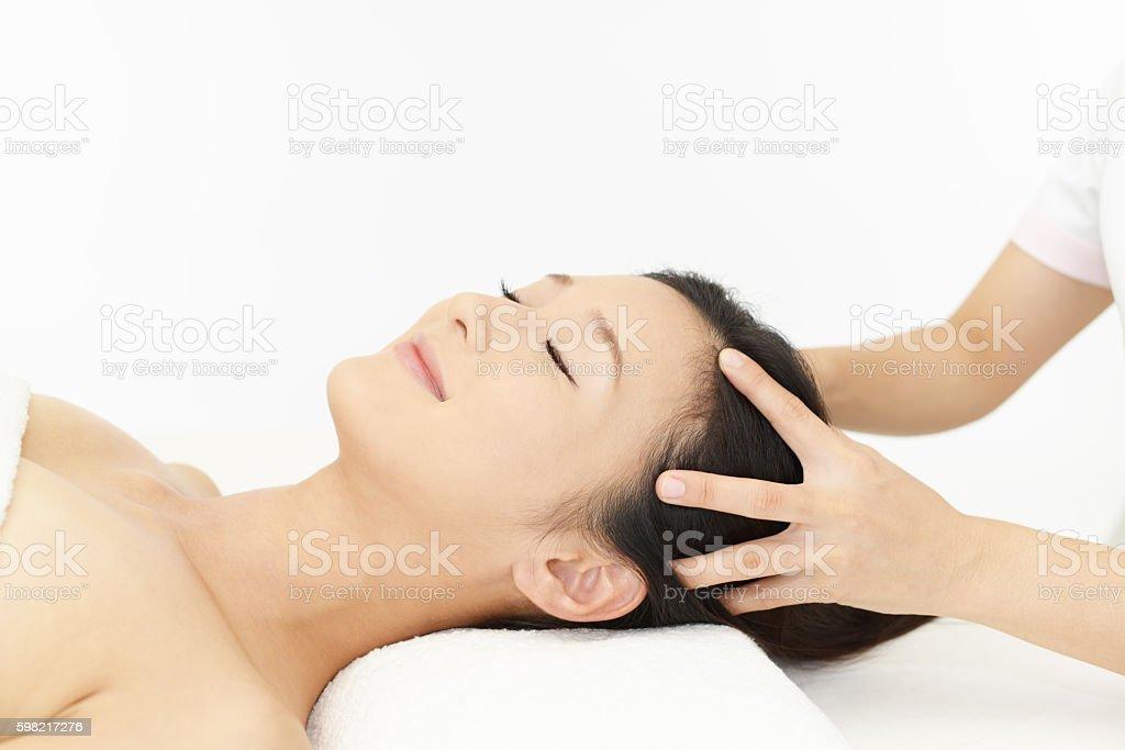 Woman receives head massage foto royalty-free