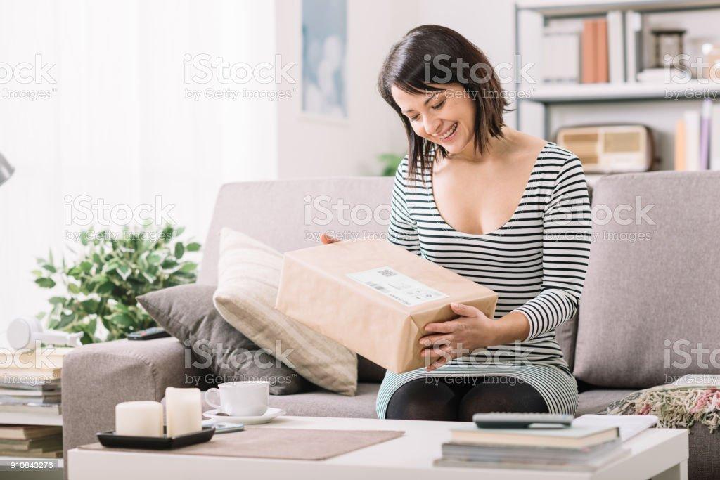 Frau, die ein Paket empfangen - Lizenzfrei Auswickeln Stock-Foto