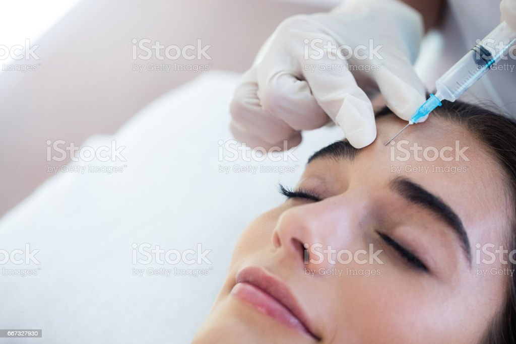Woman receiving botox injection - foto stock