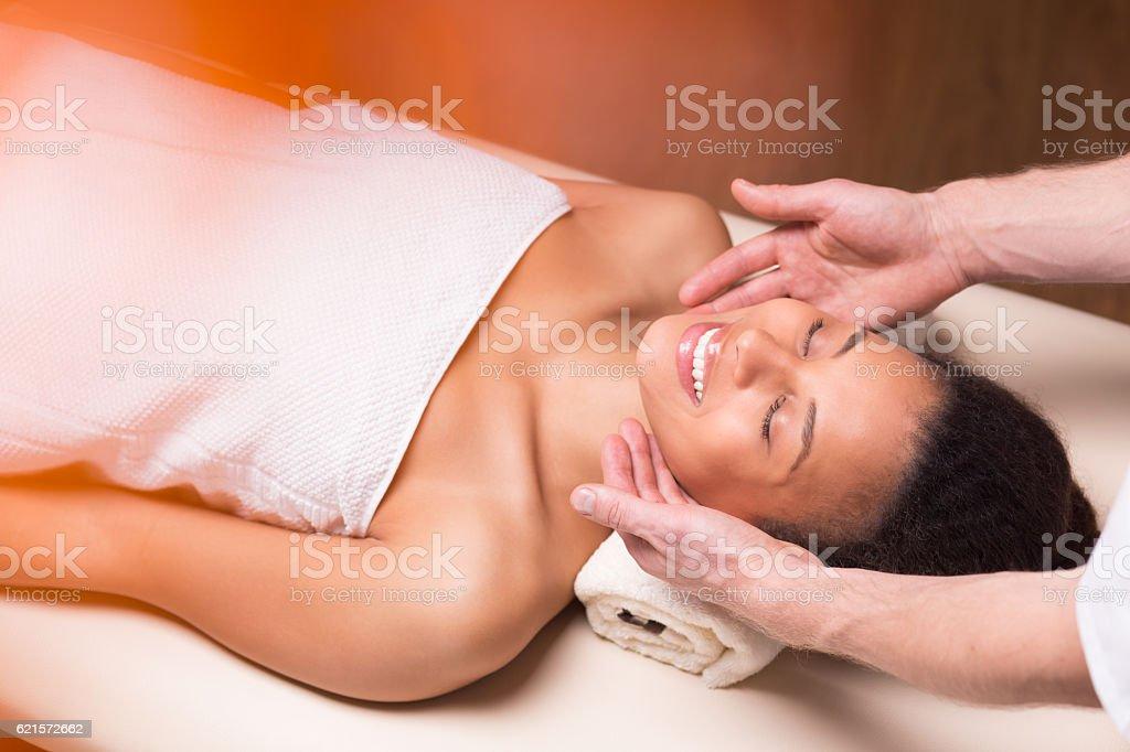 Femme recevoir massage du visage photo libre de droits