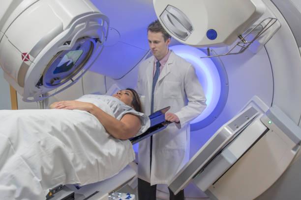 frau empfangen bestrahlungstherapie therapie bei brustkrebs - strahlung stock-fotos und bilder