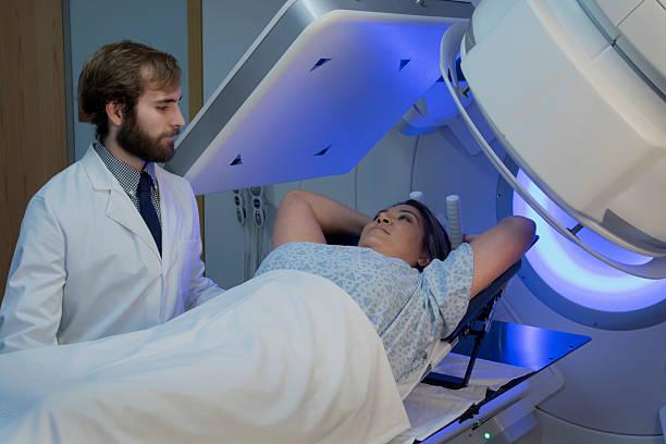 frau empfangende-strahlung therapieanwendungen für brustkrebs - strahlung stock-fotos und bilder