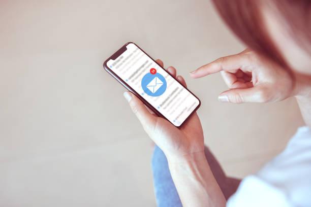 frau erhalten posteingangsansicht die ausstehende e-mail-kommunikation, neue nachrichten auf dem mobilen smartphone. - bekommen stock-fotos und bilder