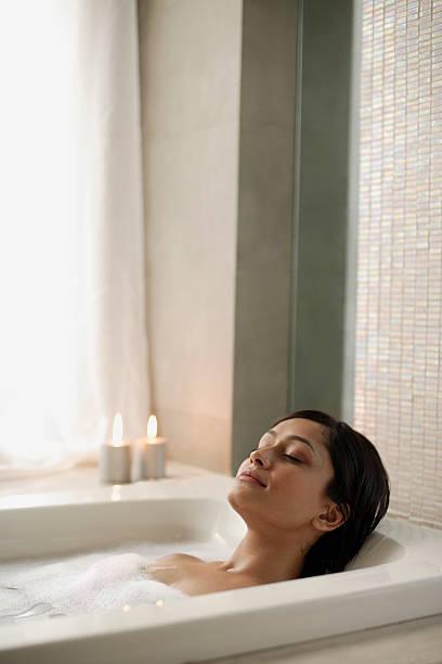 Frau sich in der Badewanne – Foto