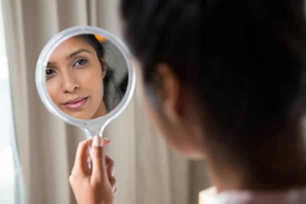 vrouw aan kant reflecterende spiegel - handspiegel stockfoto's en -beelden