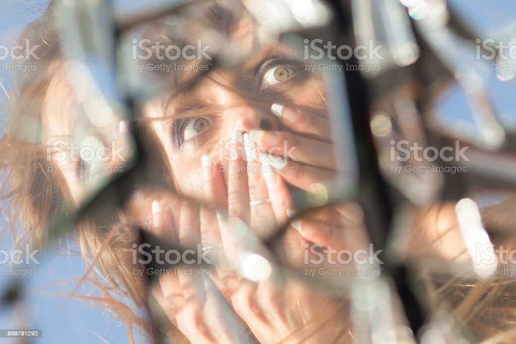Frau Reflexion im zerbrochenen Spiegel – Foto