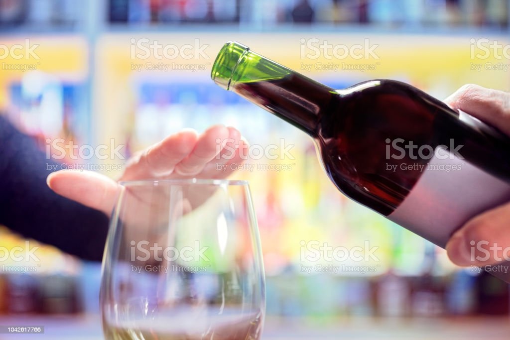 Femme, rejetant l'alcool plus de bouteille de vin en bar - Photo