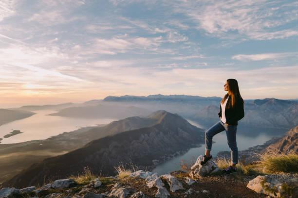 Frau in Bergen bei Sonnenuntergang entspannen – Foto