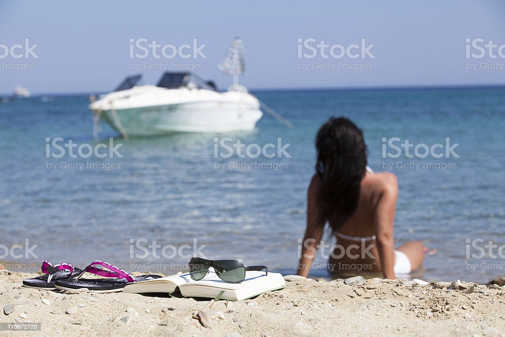 Frau entspannt am Meer royalty-free stock photo