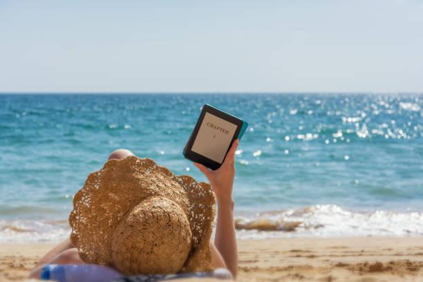 Frau entspannt sich beim Lesen am Strand – Foto