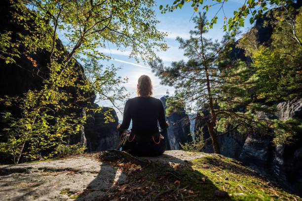 Frau entspannt nach dem Klettern, Sächsische Schweiz, Deutschland – Foto