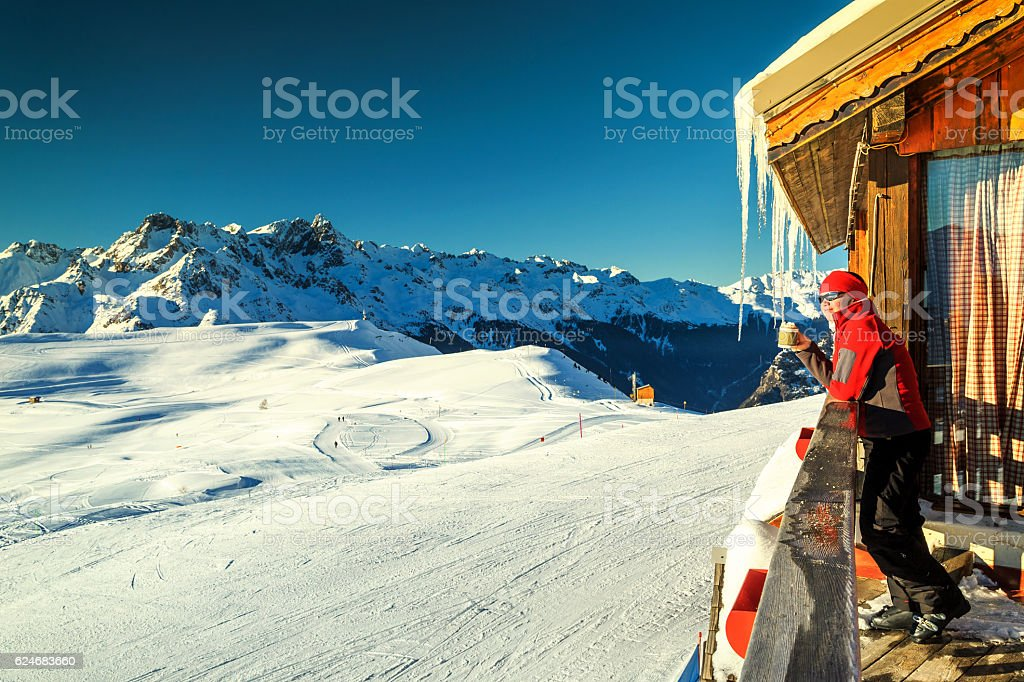Woman relaxing and drinking tea on the wooden terrace foto