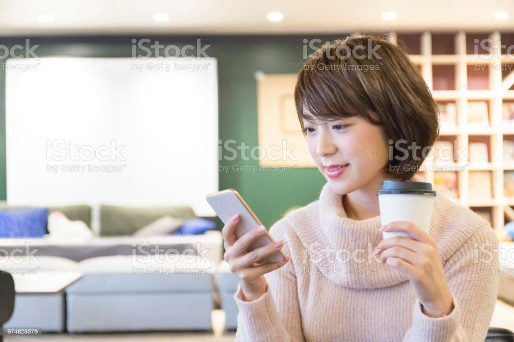 女性のカフェでリラックス ストックフォト