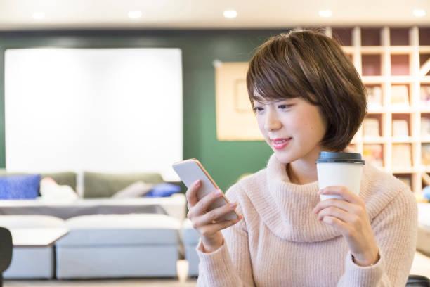 女性のカフェでリラックス - 携帯電話 ストックフォトと画像
