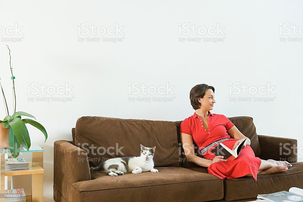 Mulher relaxante em Casa foto de stock royalty-free