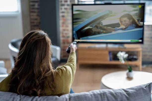 Frau, die zu Hause vor dem Fernseher entspannen – Foto
