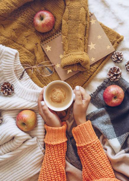 frau entspannen zu hause mit einer tasse kaffee - herbst nagellack stock-fotos und bilder