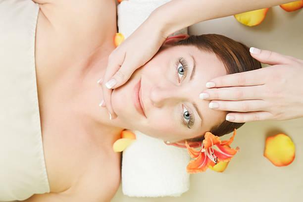 mulher relaxante no spa - mão no chakras velas imagens e fotografias de stock
