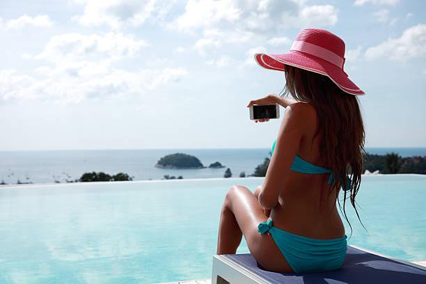 femme détente au bord de la piscine - partie du corps photos et images de collection