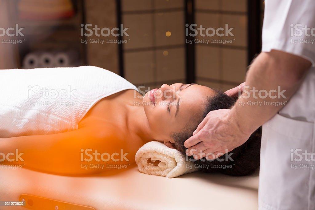 Femme détente au cours de massage de la tête  photo libre de droits
