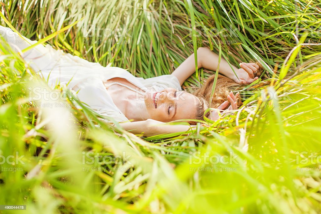 Frau Entspannung in einem meadow - Lizenzfrei 2015 Stock-Foto