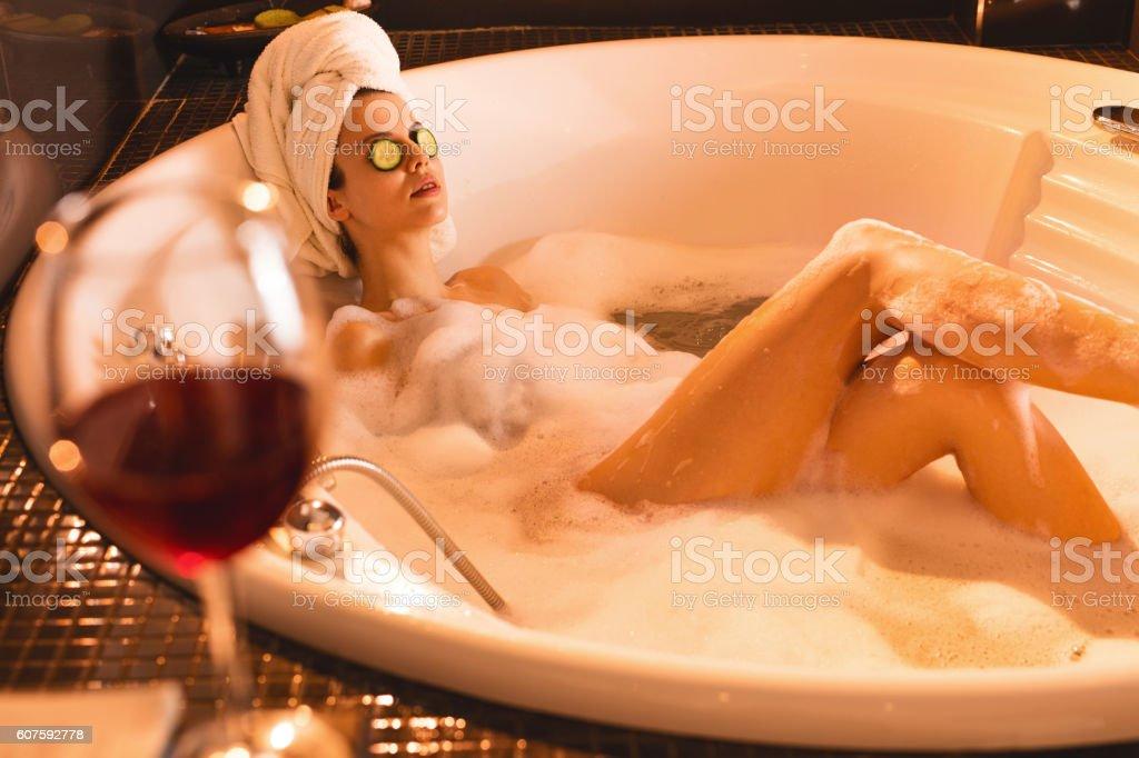Woman relaxing in bathtub and enjoying in bubble bath. – Foto